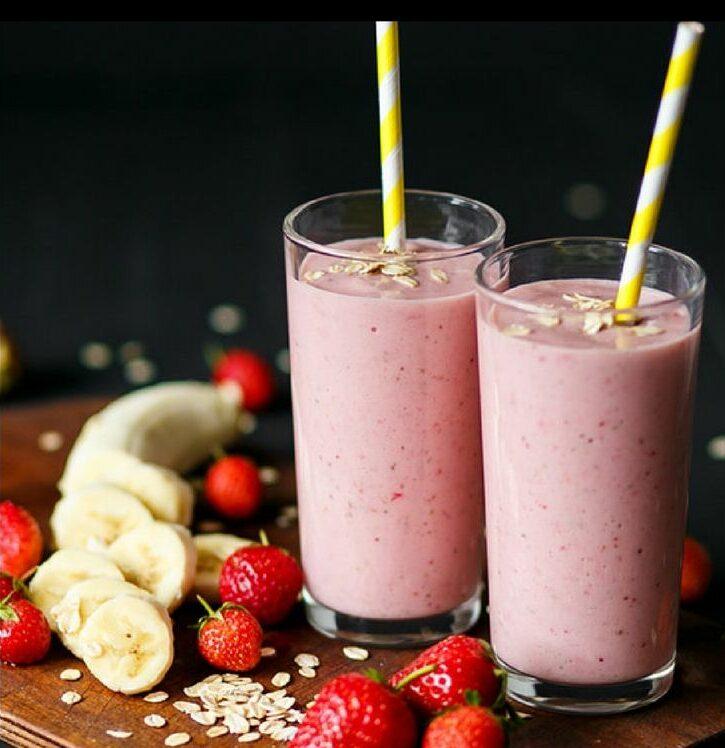 овсяно банановый смузи с ягодами