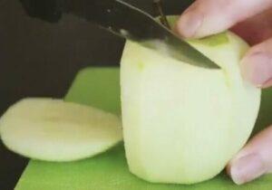 режем чищенное яблоко