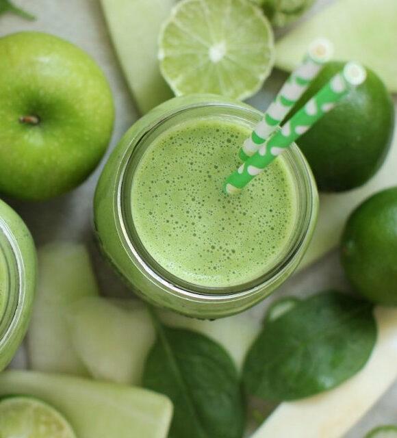 зеленый яблочный смузи