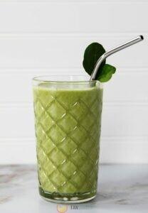 Протеиновый молочный коктейль с зеленью