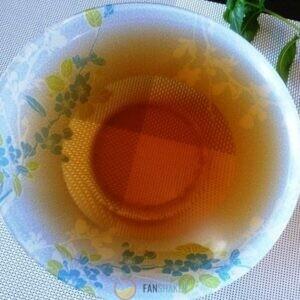 Чай кладем в заварочный чайник, заливаем кипящей водой.