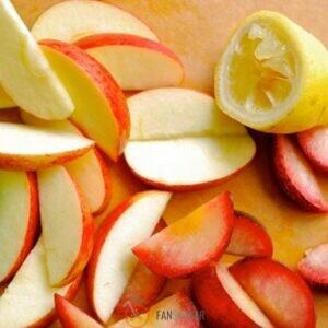 Яблоки нарезаем дольками, отправляем в кастрюлю.