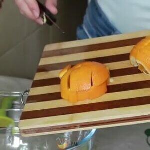 Фрукты нарезаем кусочками. Апельсин не чистим.