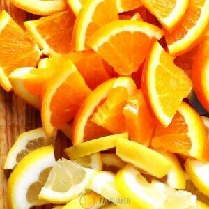 Цитрусовые фрукты и персик нарезаем дольками.