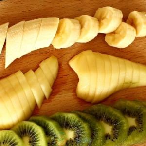 Удалите из груши сердцевину и нарежьте плод на части. Выбирайте лишь мягкие и спелые фрукты, иначе смузи может получиться пресным и несладким.