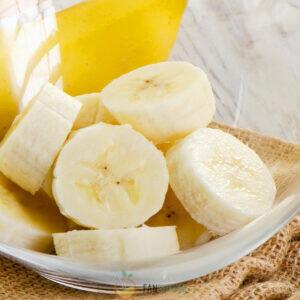 Очистите банан и нарежьте на дольки.