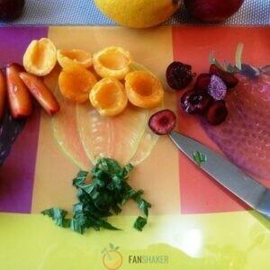 Ягоды нарезаем дольками, фрукты – кружочками.
