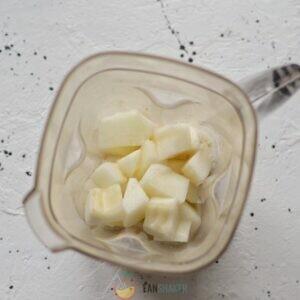 Добавьте в миксер все ингредиенты. Вы можете использовать любое мороженое, сочетающееся с дыней: ванильное, банановое, сливочное, ореховое и так далее.