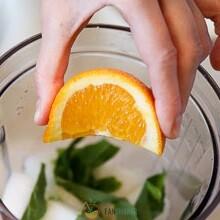 Отделите мякоть апельсина от корки. Разделите его на дольки, удалите косточки.