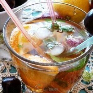 Коктейль разливаем по стаканам, добавляем лед.