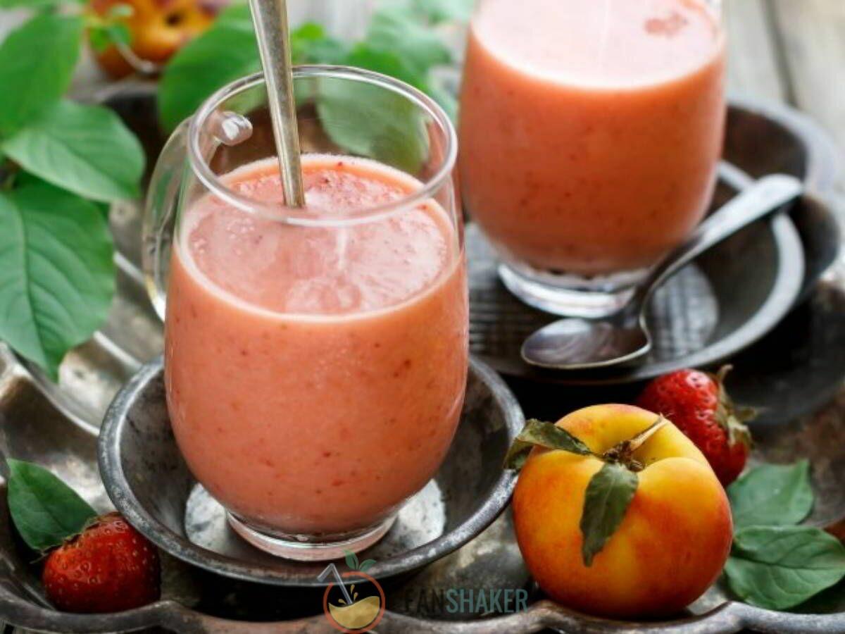 Персиковый смузи с клубникой