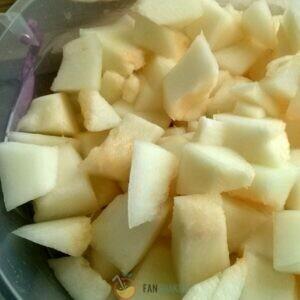 Нарежьте мякоть дыни на кубики.