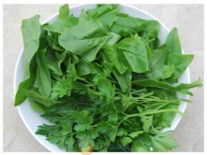 листья шпината и петрушка