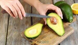 очищаем авокадо и достаем косточку